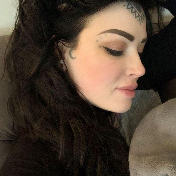 Chica con tatuaje de media luna al lado del rostro