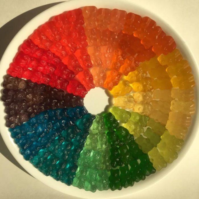 Gomitas acomodadas dependiendo de sus colores