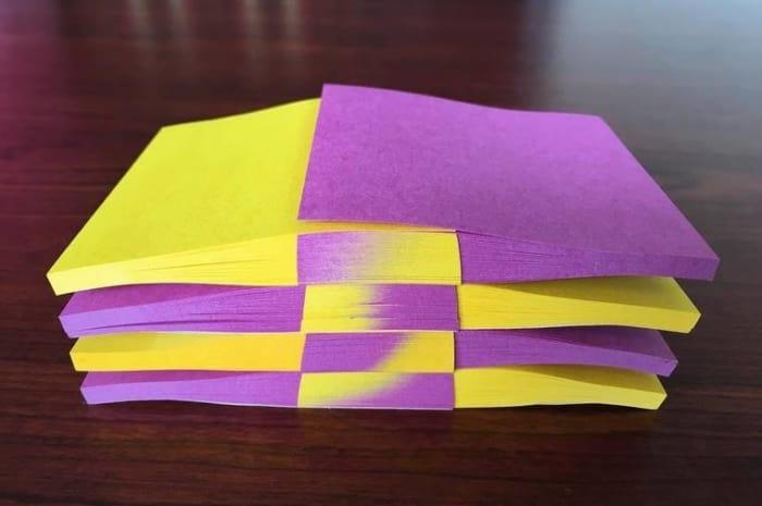 Hojas de Post-it en color morado y amarillo empalmadas de manera perfecta