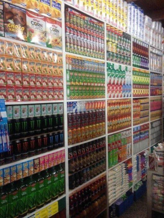 Estante de productos de comida acomodados por color, sabores y tamaños
