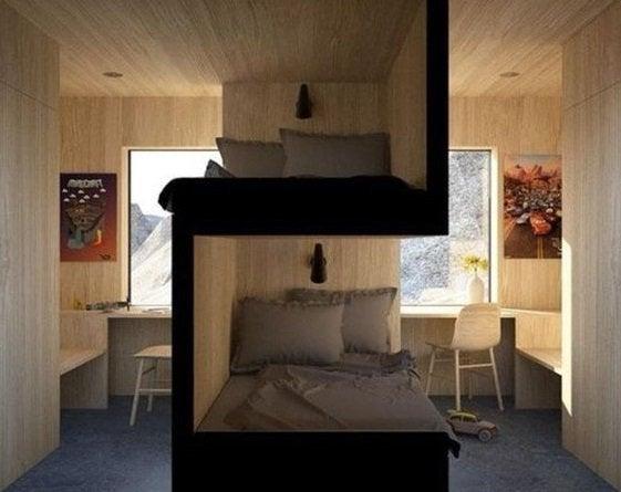 Dormitorio de una universidad con las camas acomodadas perfectamente