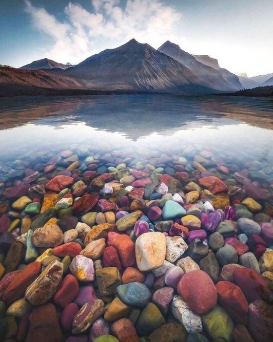 Piedras de un río en Estados Unidos con colores diferentes