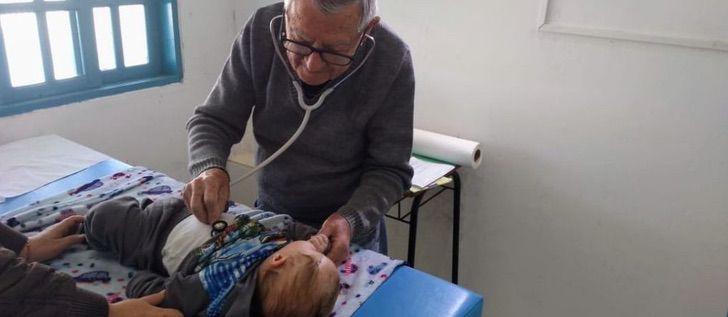 Ivan Fontoura, pediatra, atendiendo niños de escasos recursos en brasil