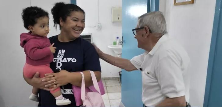 Ivan Fontoura, pediatra, platicando con una madre de familia