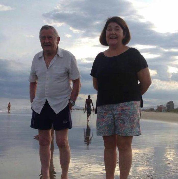 Ivan Fontoura y su esposa parados en la orilla del mar