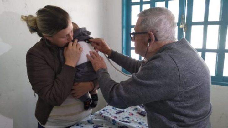 Ivan Fontoura, pediatra, revisando a un menor de manera gratuita