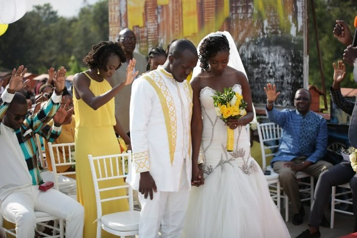 foto de la boda keniana en la que se colocaron arreglos en blanco y amarillo en un jardín
