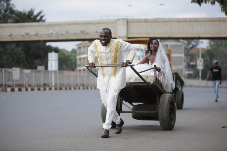 novio lleva a su novia a la boda en un carrito hecho por él en Kenia