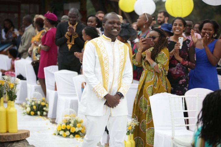 el novio keniano camina por el pasillo hacia el altar en donde intercambia votos con la novia