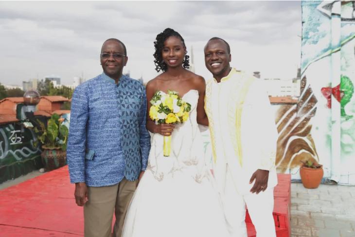 los novios con el expresidente de la Suprema Corte de Kenia, Willy Mutunga