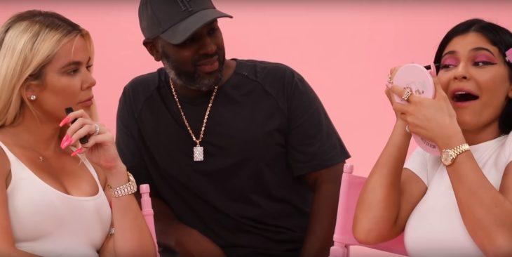 Kylie Jenner y Khloé Kardashian maquillándose