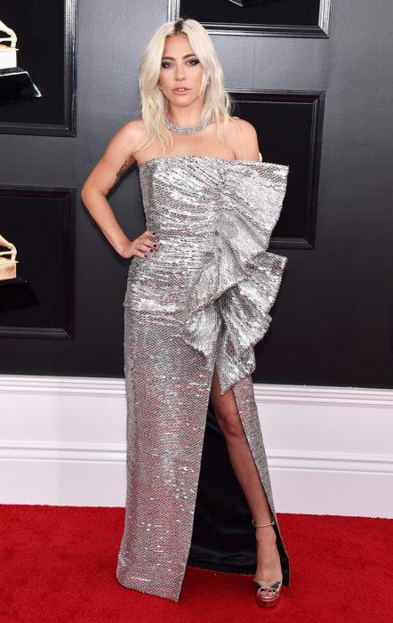 Lady Gaga posando para la foto con vestido color plata