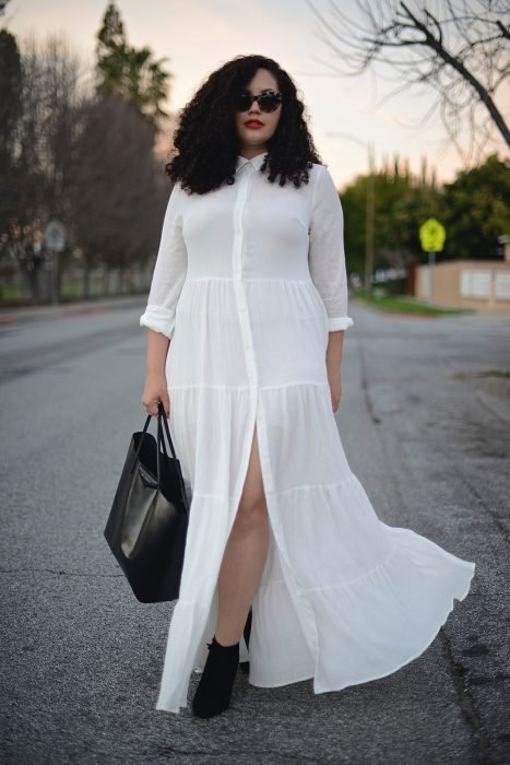 Atuendos para chicas plus size; chica de cabello chino con maxivestido blanco