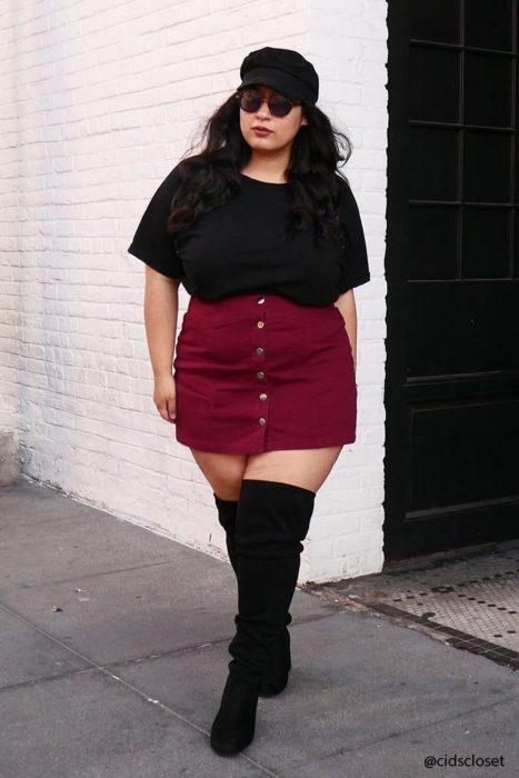 Atuendos para chicas plus size; chica con boina, falda roja y botas largas
