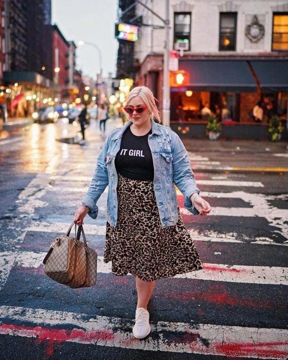 Atuendos para chicas plus size; chica rubia con falta de animal print, cruzando la calle