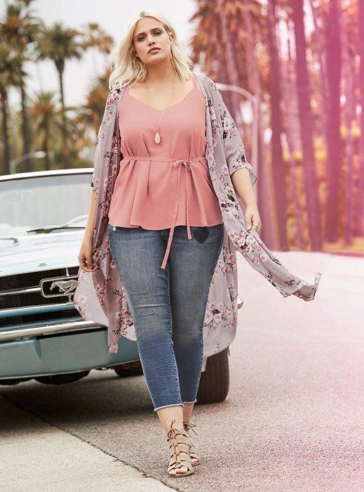 Atuendos para chicas plus size; chica rubia con blusa rosa y pantlaón de mezclilla