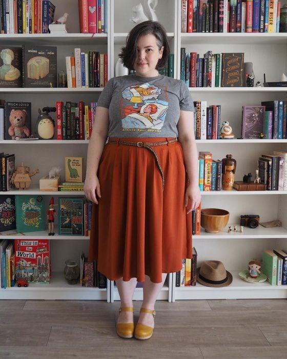 Atuendos para chicas plus size; chica de cabello de hongo, con blusa vintage y falda anaranjada