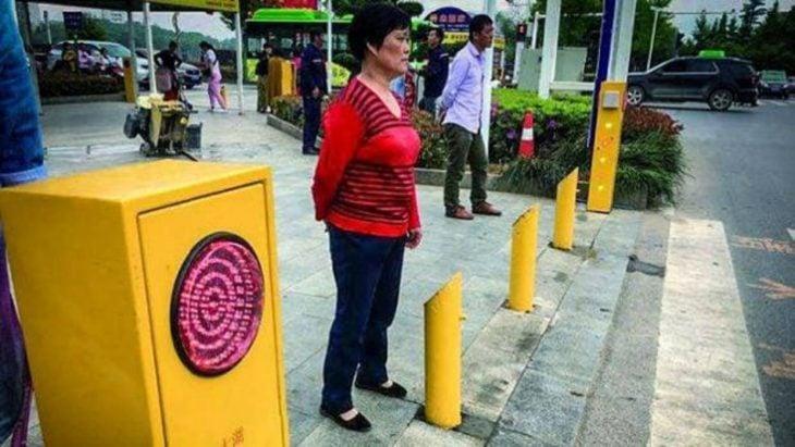 los arbotantes chinos que empapan a los transeúntes que cruzan la calle cuando no deben