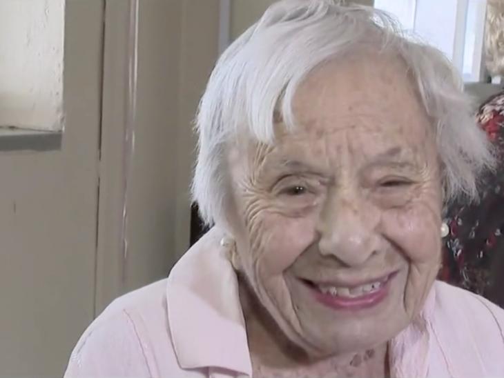 Louise Signore de 107 años sonriendo