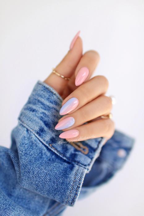 Manicura; uñas de almendra color rosa degradado a azul