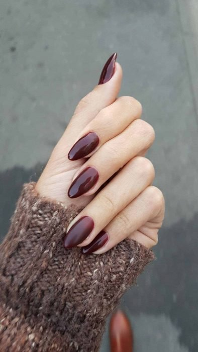 Manicura; uñas de almendra color vino