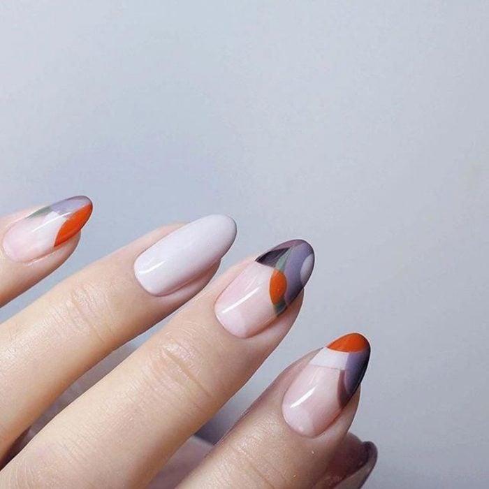Manicura; uñas de almendra con diseño de mármol de colores