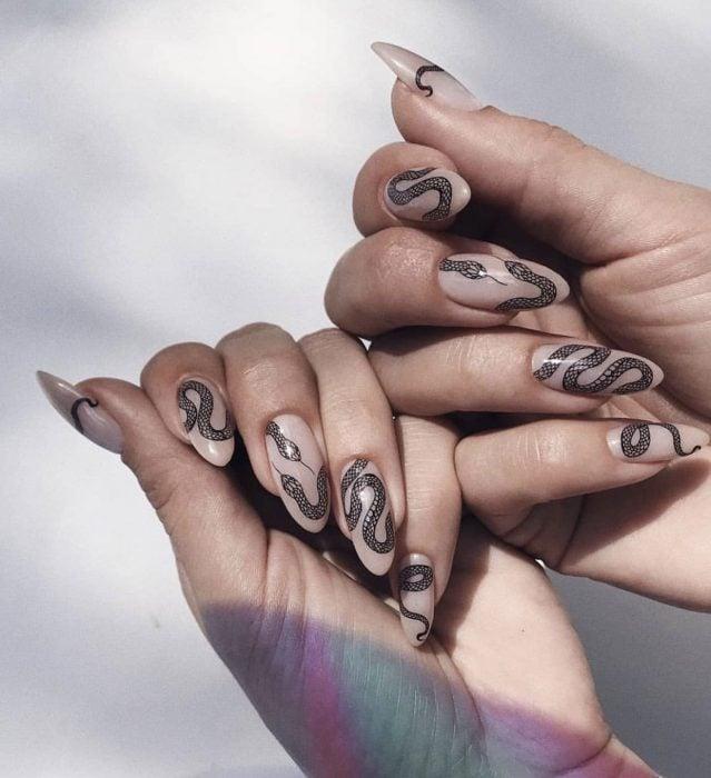 Manicura; uñas de almendra con diseño de serpientes