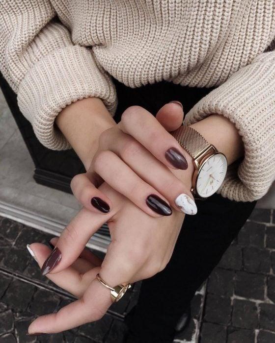 Manicura; uñas de almendra color vino y con diseño de mármol