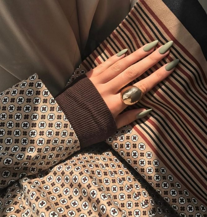 Manicura; uñas puntiagudas de color verde olivo mate