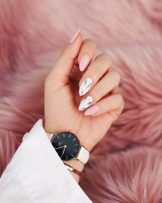 Manicura; uñas de almendra color rosas con diseño de mármol
