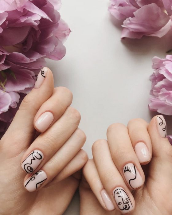 Manicura; uñas color carne con diseño de dibujo de rostros estilo Picasso