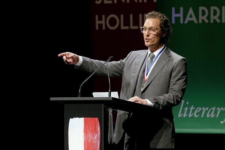 Matthew McConaughey en un estrado hablando con los alumnos de la universidad