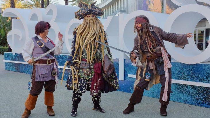 Grupo de amigos con cosplay de Piratas del Caribe en la Expo D23