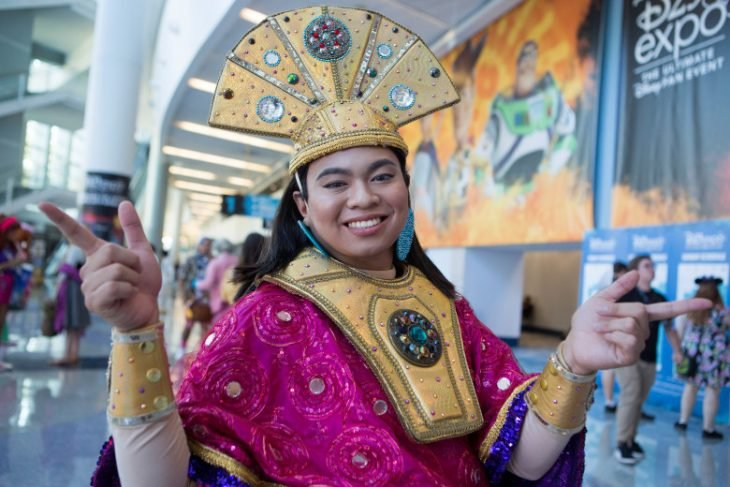 Chico con cosplay de Kuzco, Las locas aventuras del emperador, Expo D23, Disney