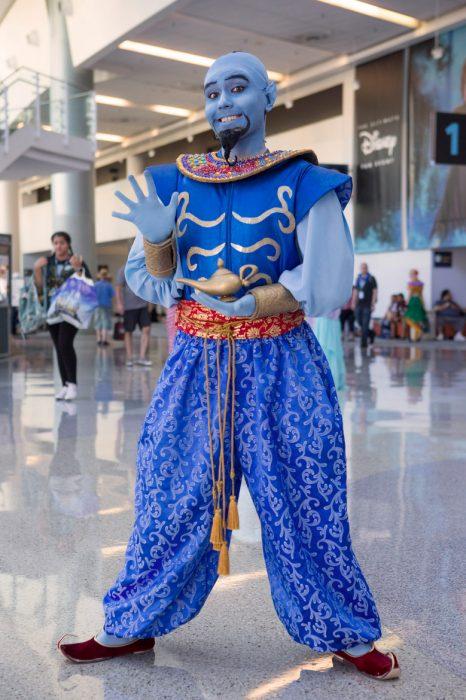 Chico con cosplay de El Genio, Aladdin, Expo D23, Disney