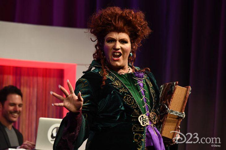 Mujer haciendo cosplay de Winifred Sanderson de Hocus Pocus en la Expo D23