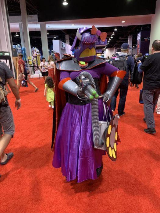 Hombre con cosplay de Zurg de Toy Story en la Expo D23 de Disney