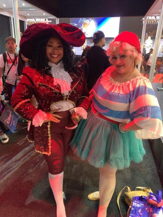 Chicas con cosplay inspirado en el capitán Garfio en la Expo D23 de Disney