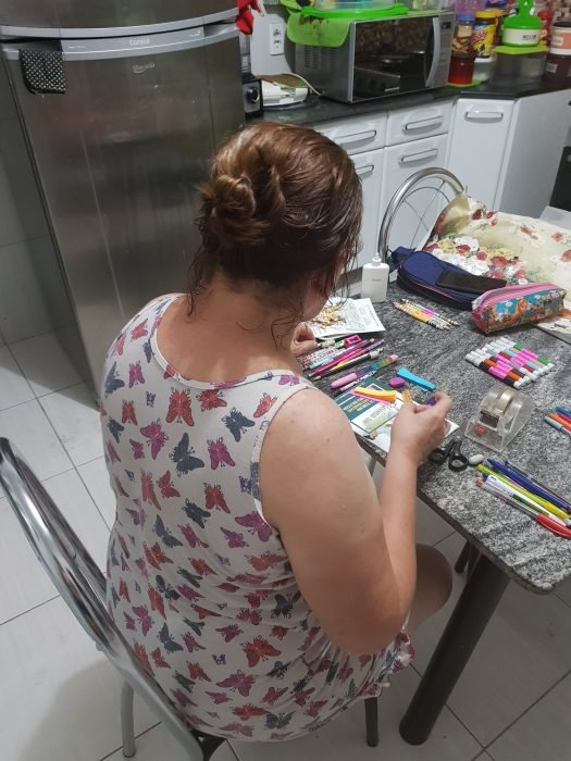 Una madre escribe mensajes positivos en útiles escolares de su hija