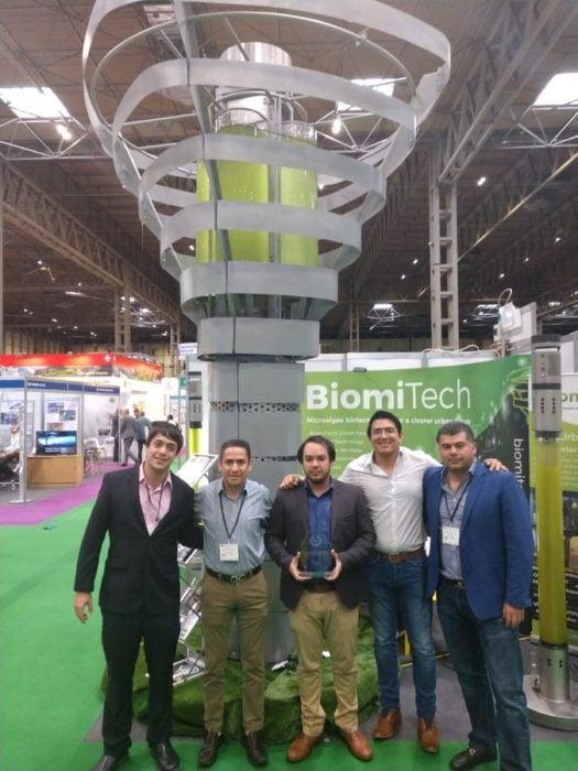 personal de BiomiTech muestran su torre en una expo