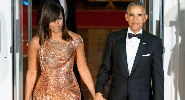 Michelle y Barack Obama tomados de la mano