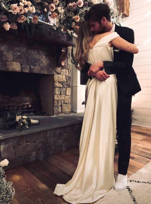 Miley Cyrus y Liam Hemsworth en su boda