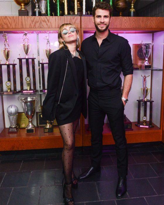 Miley Cyrus y Liam Hemsworth posando para foto