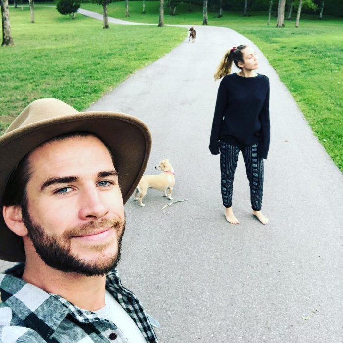 Miley Cyrus y Liam Hemsworth con su perro