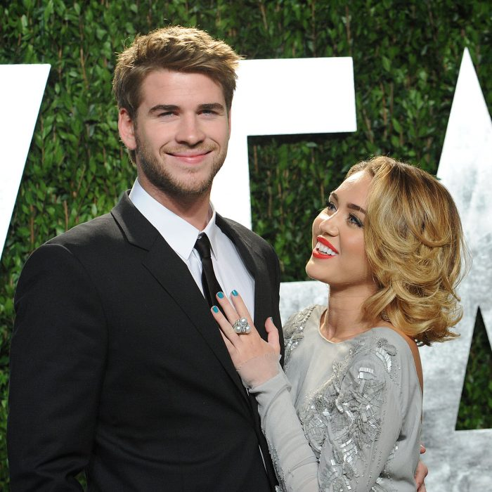 Miley Cyrus mirando a Liam Hemsworth