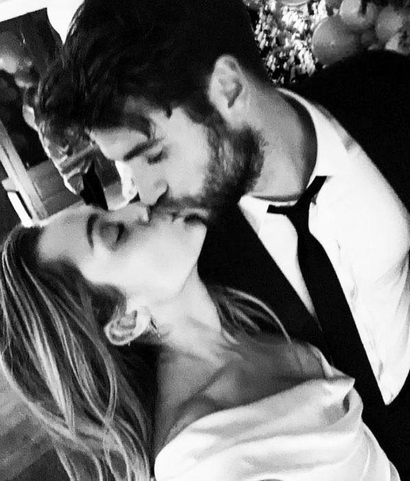 Miley Cyrus y Liam Hemsworth besándose en su boda
