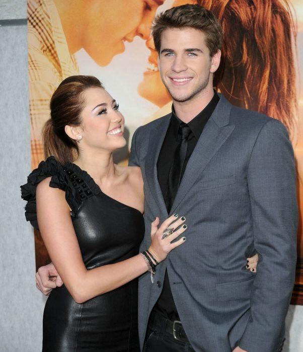 Miley Cyrus mirando a Liam Hemsworth; antes