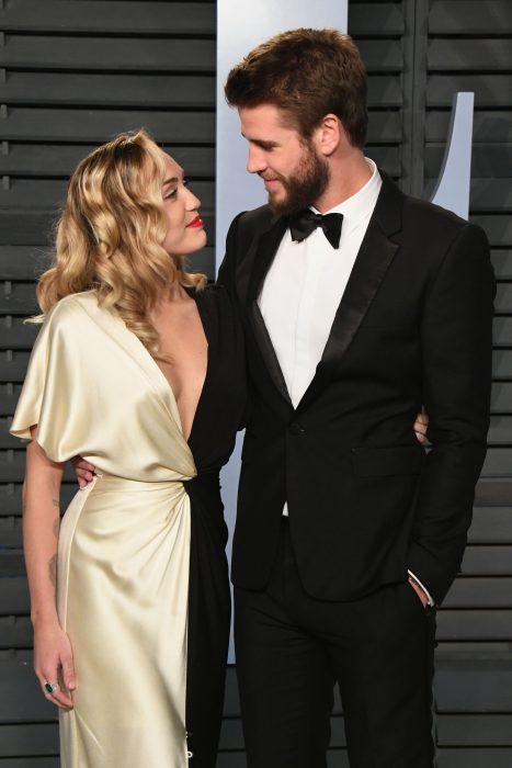 Miley Cyrus y Liam Hemsworth mirándose