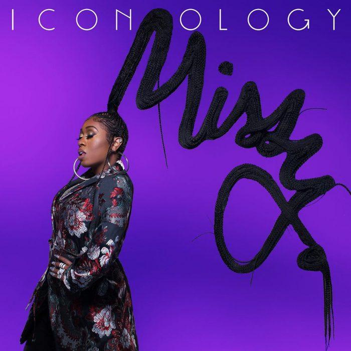 Missy Elliott posando para la portada de su nuevo disco iconology, usando una chaqueta negra y largas trenzas