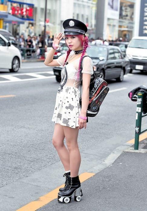 Moda japonesa harajuku; chica de cabello rosa peinado con trenzas, zapatos de plataforma con street style
